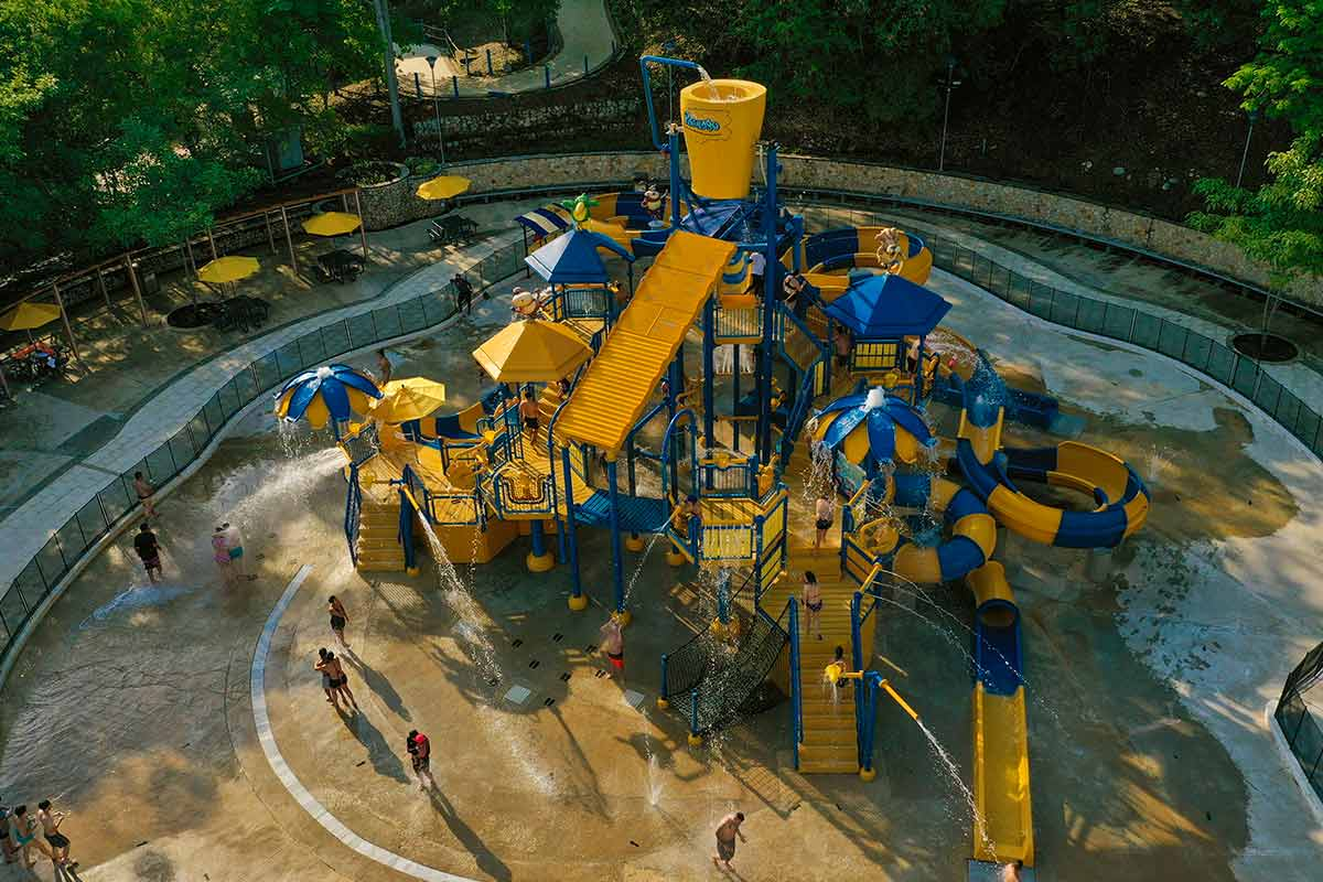 Disfruta de más de 1.000 litros de agua que caen en cascada desde 12 metros en nuestro Bosque de Lluvia Bosque de lluvia Piscilago Colsubsidio