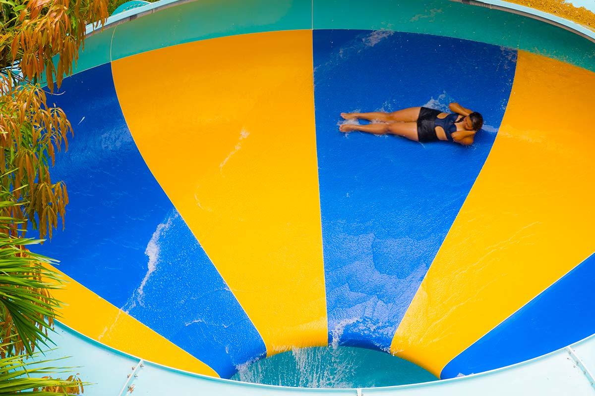 Un tobogán con forma de embudo, en el que alcanzarás los 40Km/h en solo cuatro segundos Piscitornado Piscilago Colsubsidio